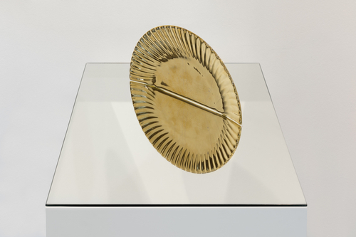 sculpture : gold glazed ceramic plate and mirror<br />plate R:27cm, mirror: 53x35cm<br />Photo: CHROMA